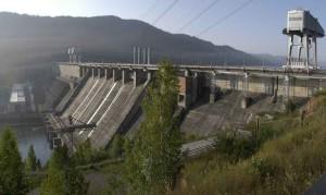 Над водосбросом Богучанской ГЭС монтируют мостовые балки