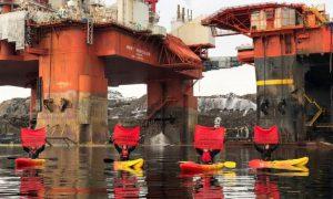 Активисты «Greenpeace» пытаются помешать отплытию платформы для бурения в Арктике