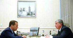 Дмитрий Медведев обсудил с Игорем Сечиным вопросы топливного рынка России