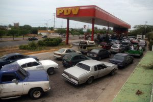 На заправках столицы Венесуэлы опять выстроились очереди