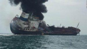 Из-за взрывов и пожара на танкере нефти у берегов острова в Гонконге погиб 1 человек