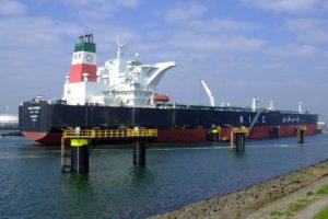 Новый нефтяной супертанкер прибыл в порт Ирана Бандар-Аббас