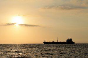 Иран отбуксировал на свою акваторию сломавшийся в Персидском заливе танкер