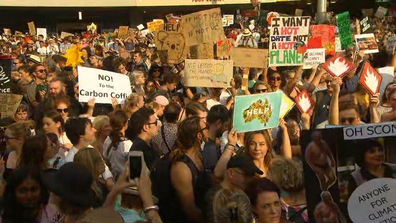 В горящей Австралии митингуют, требуя перехода на экологичные виды топлива